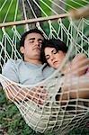 Paar in einer Hängematte schlafen