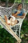 Mann, schlief in der Hängematte lesen
