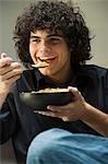 Manger des céréales de l'homme
