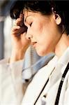Femme médecin avec la main sur la tête