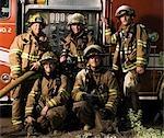 Portrait de groupe de pompiers et pompiers