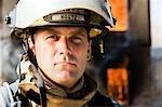 Portrait d'un pompier avec le feu en arrière-plan
