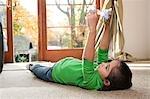 Jeune fille jouant avec des jouets sur le tapis