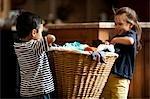 Junges Mädchen mit Wäschekorb