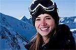 Femme à l'extérieur dans la neige