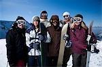 Un groupe d'amis à l'extérieur dans la neige