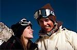 Un couple en dehors dans la neige