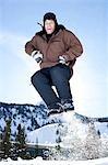 Adolescent sauter dehors dans la neige