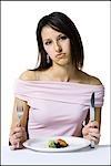 Frau auf einer Diät essen einen kleinen Salat