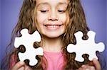 Junge Mädchen mit Keksdose