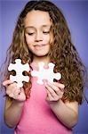 Jeune fille tenant la jarre à biscuits