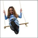 Jeune fille jouant sur une balançoire