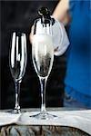 Femme verse un verre de Champagne