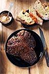 Bifteck d'aloyau avec pain et moutarde