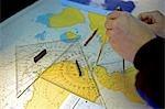 L'Antarctique, la péninsule Antarctique. La Chambre des cartes sur le pont de l'expédition navire MV Discovery, le navigator trace un parcours à travers le labyrinthe d'îles qui forment la péninsule Antarctique.