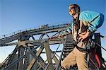 Un chef de file histoire pont aventure grimper se trouve à la base du bras d'un pont d'ancre. Le Story Bridge est l'un des sites emblématiques de Brisbane et la montée est l'un de seulement quatre de ces expériences dans le monde.