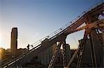 Un grimpeur parcourt les poutres d'acier du pont histoire de Brisbane. Le Story Bridge aventure grimper a ouvert en 2005 et permet aux visiteurs de découvrir une ascension de l'emblématique pont de Brisbane.