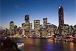 Crépuscule vue des toits de la ville de Brisbane, sur les rives de la rivière Brisbane.