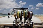 Cannes à pêche sont fixés sur le devant d'un quatre roues motrices de pêcheurs s'aventurer à Fraser Island pour la pêche de renommée de la région.