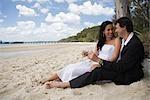 Un couple boire un fête sur la plage à Kingfisher Bay sur l'île de Fraser.