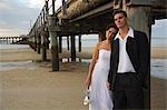 Un jeune couple sur la plage à Kingfisher Bay sur l'île de Fraser.