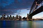 Le Harbour Bridge, connu comme le vieux cintre avec une toile de fond de l'horizon de Sydney central