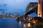 Vue Twilgiht sur le Harbour Bridge et l'horizon de Sydney centrale de Milsons Point, sur la côte-nord