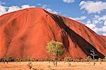Australie, Northern Territory. Uluru ou Ayres Rock, une formation rocheuse de grès énormes, est l'une des icônes naturelles plus reconnus de l'Australie.