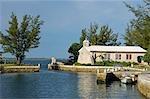 La petite chapelle domine l'entrée du port de bateau sur Little Whale Cay