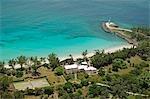 Vue aérienne de la petite maison de la baleine avec la plage et du phare de Little Whale Cay