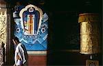 Un pèlerin bhoutanais visitant le Punakha Dzong (monastère). Au confluent des rivières Pho-chu et Mo-chu, XVIIe siècle joliment situé Punakha Dzong qui fut la capitale d'hiver efficace du Bhoutan depuis 300 ans, jusqu'en 1964. Le premier roi du Bhoutan, Ugyen Wangchuck fut couronné à Punakha Dzong en décembre 1907