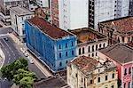 Salvador de Bahia, Brésil. Au sein de la vieille ville historique, un site du patrimoine mondial de l'UNESCO, regardant vers le bas sur la façade coloniale en décomposition dans la basse-ville (Cidade Baixa) qui se trouvent à l'extérieur de la zone de l'UNESCO de conservation.