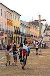 Salvador de Bahia, Brésil. Au sein de la vieille ville, un site du patrimoine mondial de l'UNESCO, les groupes de touristes sont abordés par un vendeur de rue en face de l'église de Sao Francisco et le couvent de Salvador.