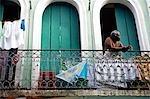 Brésil, Bahia, la ville de Salvador, dans la vieille ville, un patrimoine mondial de l'UNESCO. Un appartement dans la vieille ville, où une vieille dame montres du monde passent après avoir mis notre son linge à sécher.