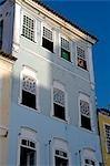 Salvador de Bahia, Brésil. Au sein de la vieille ville, un site du patrimoine mondial de l'UNESCO, près de l'église de Sao Francisco et le couvent de Salvador, détail de la windows classiques rénovés, les volets et les façades des maisons de ville de style colonial.
