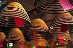 Weihrauch Spiralen hängen von der Decke des buddhistischen Man Mo Tempel im Bezirk Sheung Wan, Hong Kong Island
