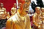 Goldene Buddha-Statuen schmücken die zehn Tausend Buddhas Kloster in der Nähe von Sha Tin in den New Territories, Hong Kong