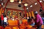 Pilger Knien in den Haupttempel des Klosters zehn Tausend Buddhas mit Tausenden von vergoldeter Buddha Skulpturen, die Wände.