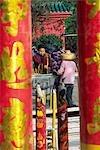 Blick durch riesige Räucherstäbchen einem Besucher machen eine Weihrauch bietet im Kloster Po Lin auf Lantau Island, Hong Kong