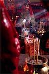 Ein Besucher bietet Weihrauch am Schrein von den Man Mo Tempel in Sheung Wan auf Hong Kong Island. Im 18. Jahrhundert beschäftigt Tempel Hongkongs bekanntesten zählt und widmet sich den griechischen Gottheiten Man Cheung und Kwan Yu.