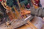 Ein Pilger macht ein Weihrauch bietet in einem Schrein im zehn Tausend Buddhas Kloster, in der Nähe von Sha Tin in den New Territories, Hong Kong
