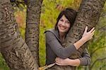 Femme étreignant arbre