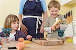garçon, fille et mère préparation de fruits
