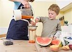 garçon et maman faire des smoothies aux fruits