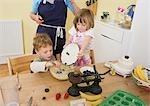 garçon, fille et la maman faire des muffins aux fruits
