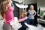Eine Oma schreit Mädchen Kissen gegen