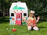 Ein Mädchen vor ihrem gemalten Haus wendy