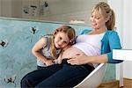 Une jeune maman enceinte avec sa fille
