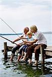 garçon de pêche avec le grand-père, le père