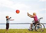 garçon jouant à la balle avec femme senior